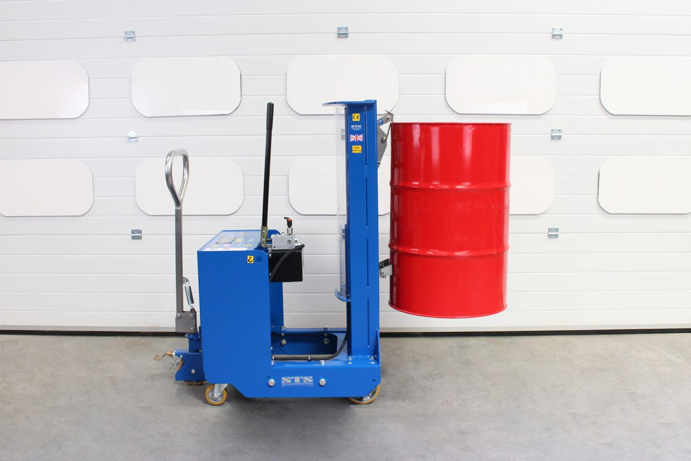 Counterbalance drum lifter taking a 200 litre drum off a pallet.