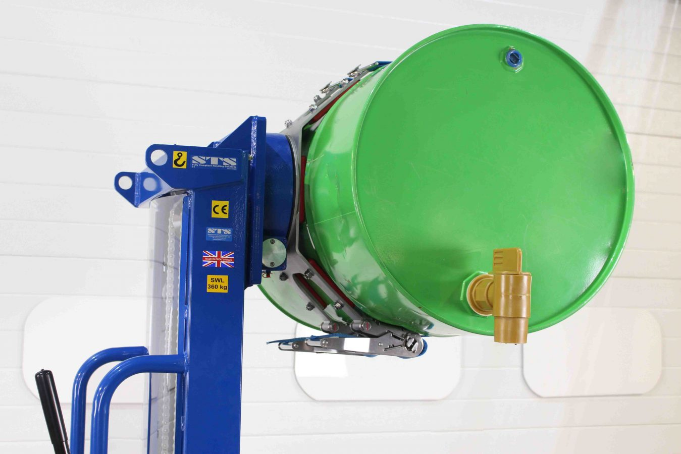 Manual side drum lifter rotator suitable for tipping drums horizontally.