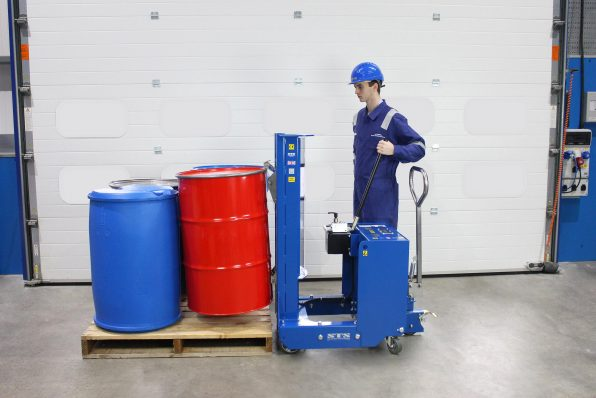 An operator positions the Counterbalance drum lifter towards the pallet of drums