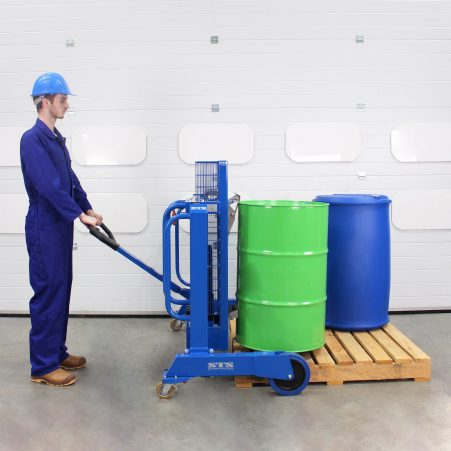 An engineer uses the STS drum depalletiser for manual lifting