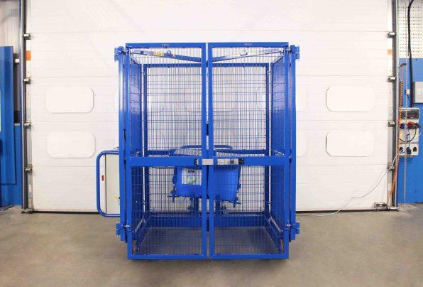 Plastic jerrycan mixer tumbles four 25L plastic containers.