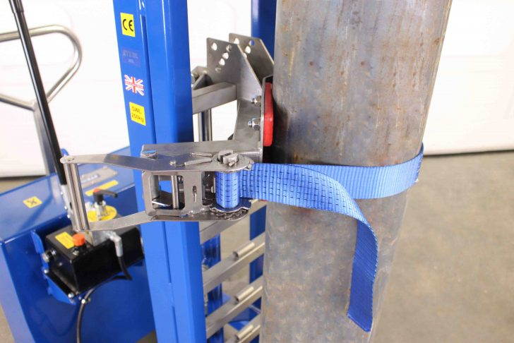 Clamping band on the cylinder lifter secure a gas bottle at height.