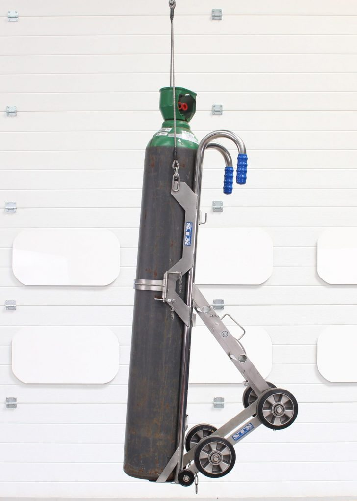 A gas bottle trolley raised by a lifting hoist