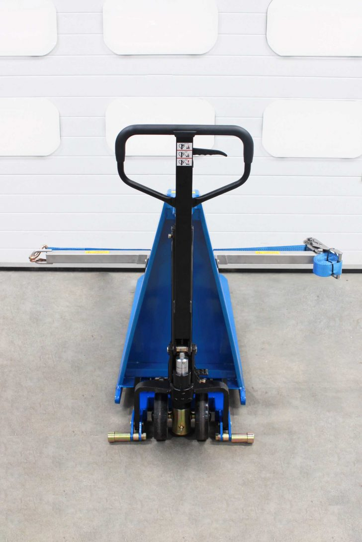 The manual drum lift system on the IBC drum tilter
